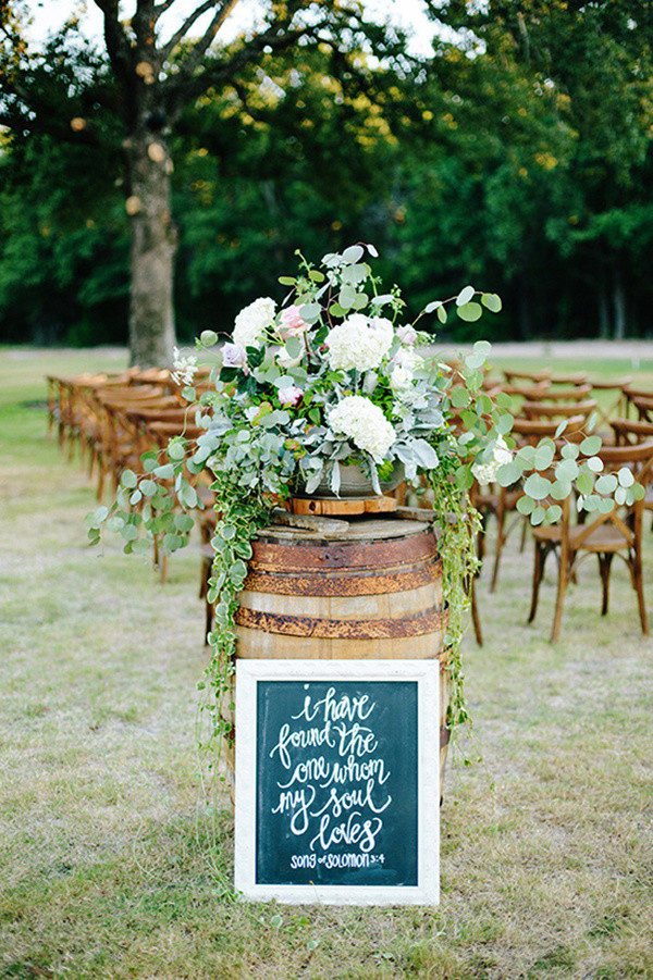 Wine Barrel And Chalkboard Sign For Wedding Ceremony Decoration Ideas