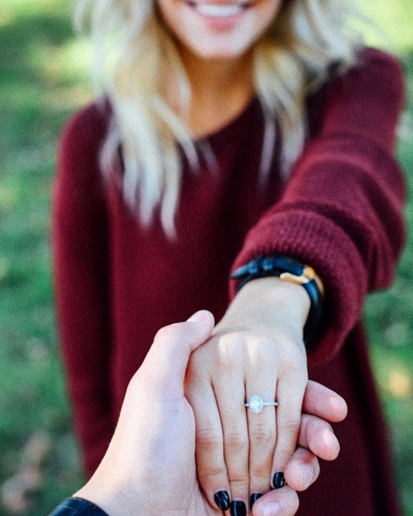 18 Best Engagement Announcement Photo Ideas