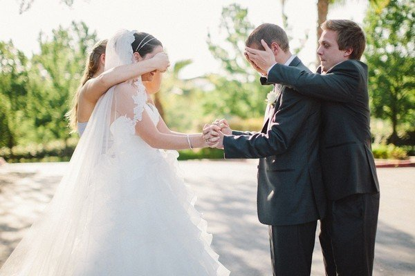 romantic first look wedding photo ideas