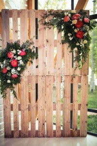 rustic chic wedding backdrop ideas with flower and wooden pallets