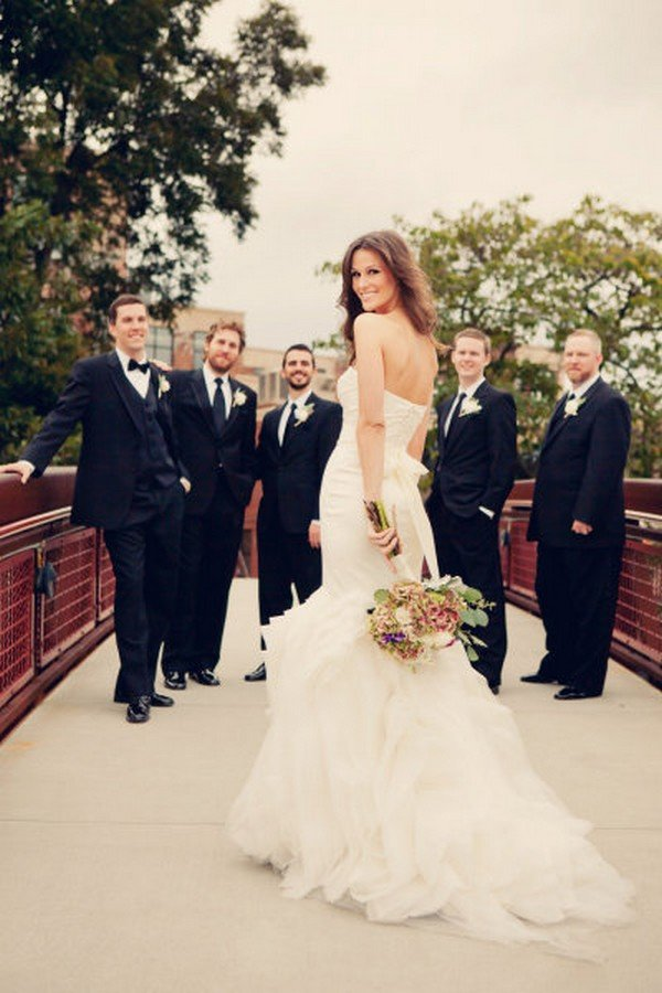 great bride with groomsmen wedding photo ideas