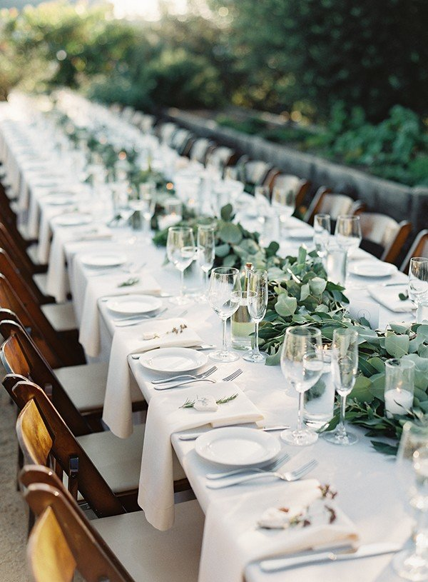 elegant wedding table setting ideas with greenery garland