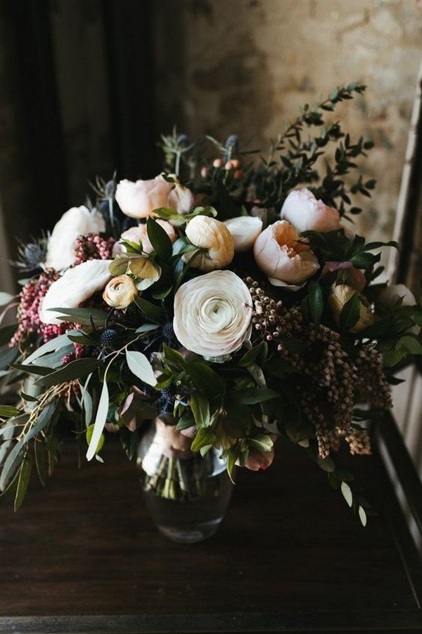moody spring wedding bouquet ideas