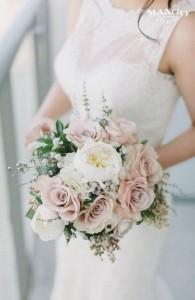 elegant neutral toned wedding bouquet ideas