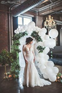 chic wedding arch ideas with greenery and balloons