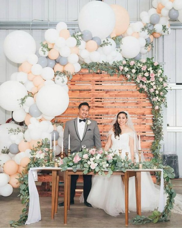 chic wedding backdrop ideas with balloons
