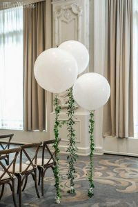 chic wedding ceremony ideas with balloons