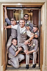 funny groomsmen photo ideas in elevator