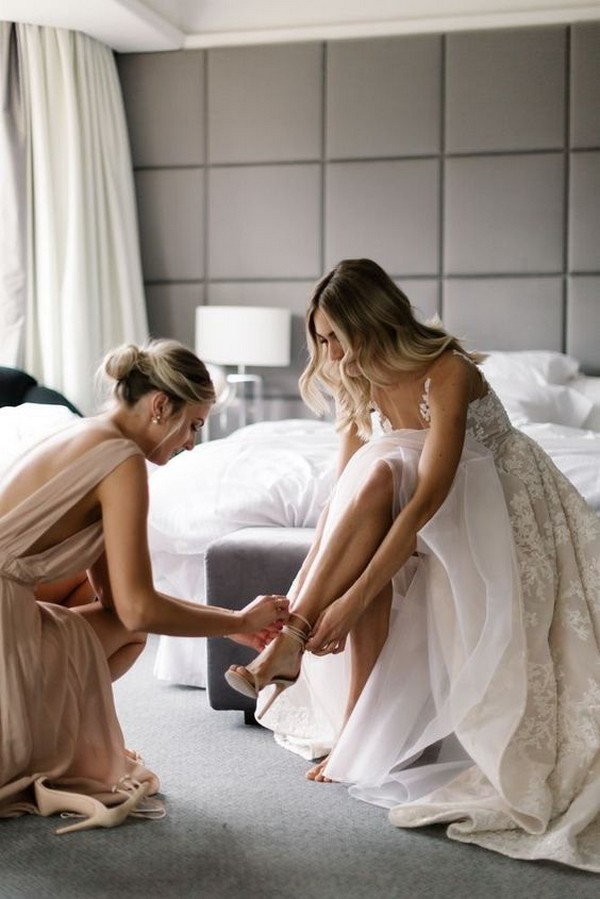 wedding photo ideas with bridesmaids getting ready