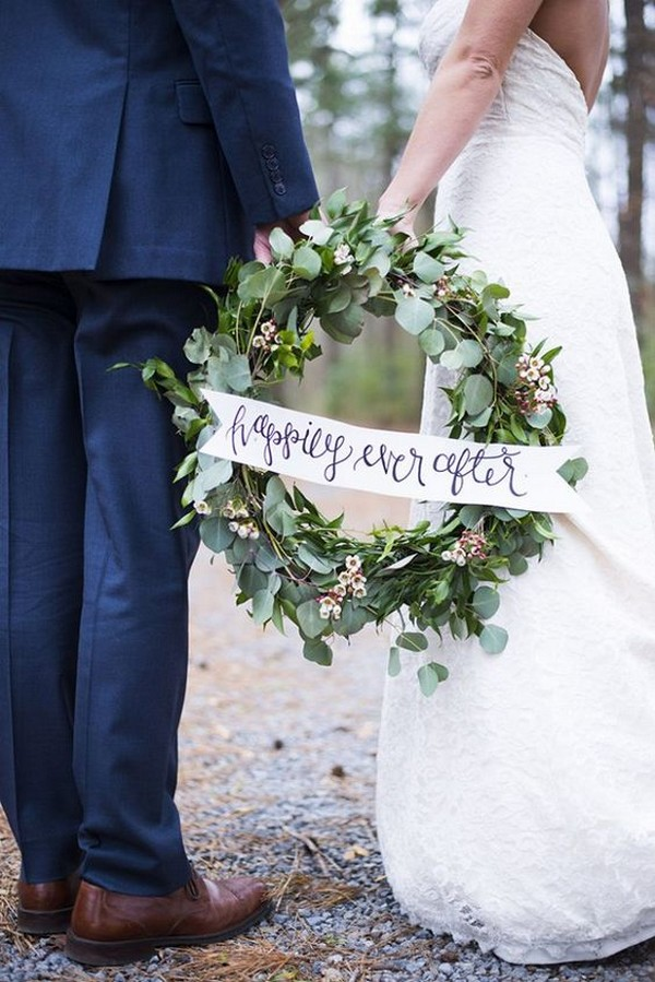winter wedding photography with greenery wreath