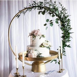 wedding cake display ideas with floral hoop stand