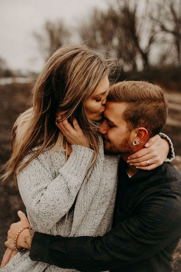 autumn engagement photo pose ideas