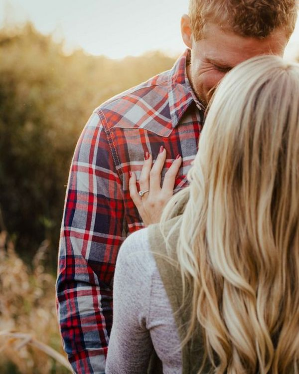 engagement photo pose ideas in fall