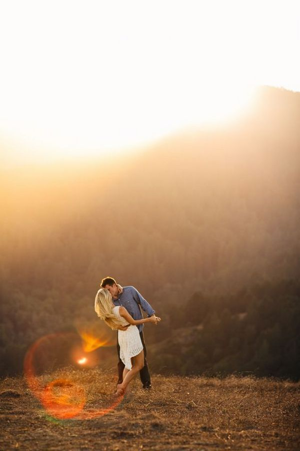 romantic autumn engagement photo ideas