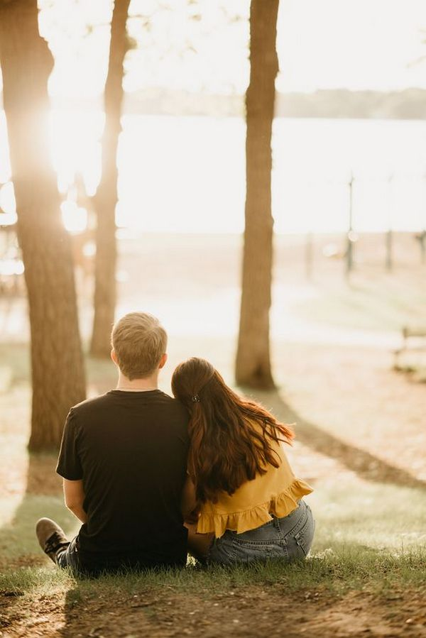 sweet fall engagement photo pose ideas