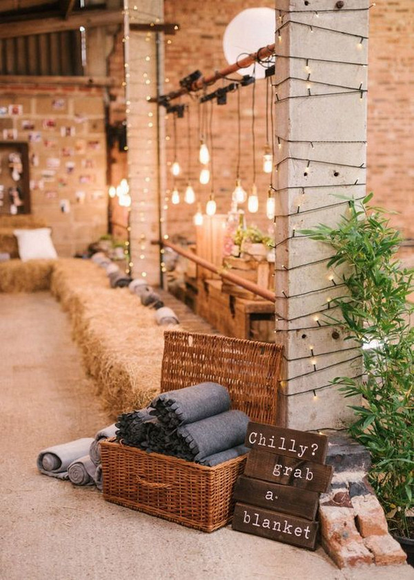 perfect fall wedding ideas with blankets for guests
