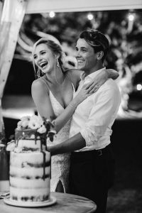 sweet wedding photo ideas for bride and groom