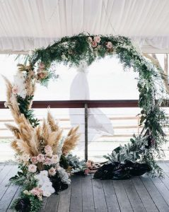 round wedding arch ideas with pampas grass
