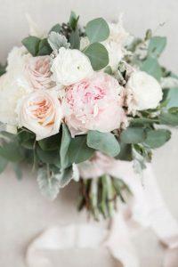 pink and neutral wedding bouquet ideas